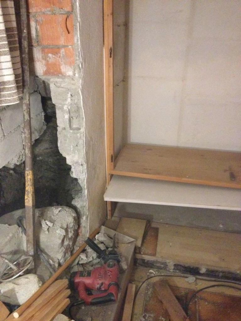 IMG_1805Im Gegensatz zur Experten-Meinung sind im Übrigen die Mauern links im Foto nicht tragend gewesen. Der Beweis erbringt sich selbst: Das Haus steht noch. Nichts ist eingestürzt, obwohl die Wand von unten zur Entschlackung weggenommen wurde (mehr demnächst dazu unter dem neuen Kapitel Mauer-Entschlackung)