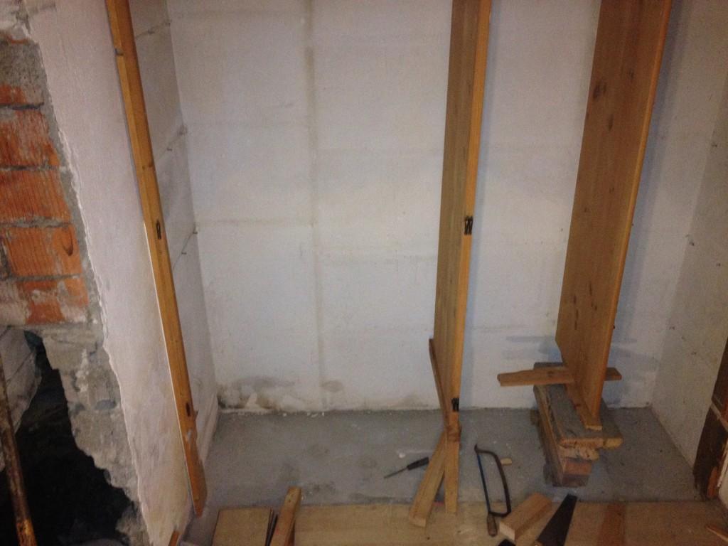 IMG_1814Nun ist auch die untere Stützplatte komplett raus. Aufgrund der soliden Arbeit hängt die Schrankwand in der Luft ( an den Seiten solide in den Wänden befestigt)