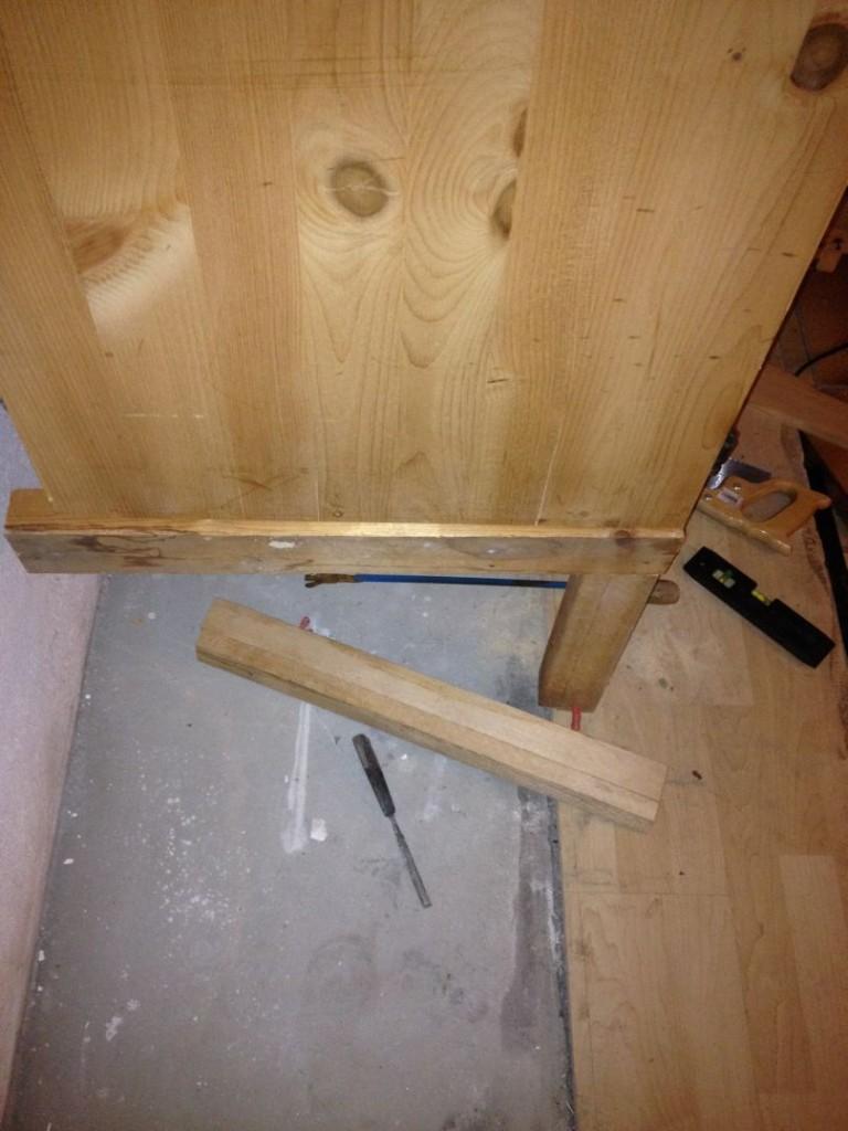 IMG_1817Nun neue Stützfüße angefertigt. Leider nicht fertiggeworden, weil eine bestimmte Nachbarschaft, die sich selbst nie an die Ruhezeiten hält, z. B. mittags, sofort die Kapo anrufen würde, wenn auch nur eine Minute nach 22 Uhr jemand noch ein Holz sägt...