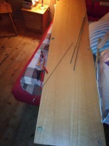 Eine Schranktüre eines Drehstangenschrankes aus Preßspan, die auf der Vorderseite einen Spiegel hat und als genau dieser einmal dienen wird in Zukunft: Das Drehstangenschloß wird also nicht mehr gebraucht.