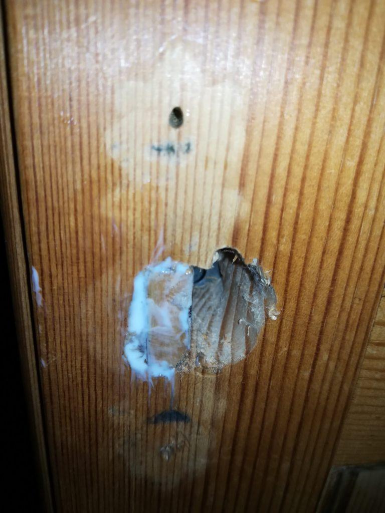 Mit etwas Holzleim ein Stück einer alten Silvesterrakete ins zu große Schlüsselloch eingefügt...