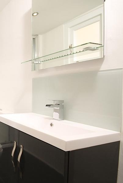Hätten Sie´s gewußt? Eine Infrarotheizung im Bad spart nicht nur Platz für den Heizkörper und ersetzt den Badzimmerspiegel. Man muß auch nie wieder einen beschlagenen Spiegel abwischen über den man sich ärgert, weil man nichts darin sieht.