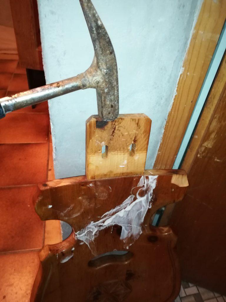 Die Vorraussetzung, daß man eine Stuhllehne oder irgendein anderes gebrochenes Echtholzstück zusammenleimen kann, ist, daß man vorher krummstehende Splitter mit einer Zange oder einem spitzen Gegenstand wie einem schmalem Schraubenschlüssel oder Messer entfernt. Denn sonst kriegt man die gebrochenen Teile nie so zusammen wie sie einmal waren. Am Schluß mußte ich dennoch etwas mit einem Hammer bzw. stark mit einem Hammer nachhelfen, denn auf einer Seite wollte die Stuhllehne einfach nicht zusammengehen, es blieben 2 Millimeter Differenz, die ich auf einen halben Millimeter, der kaum sichtbar ist, minimieren konnte.