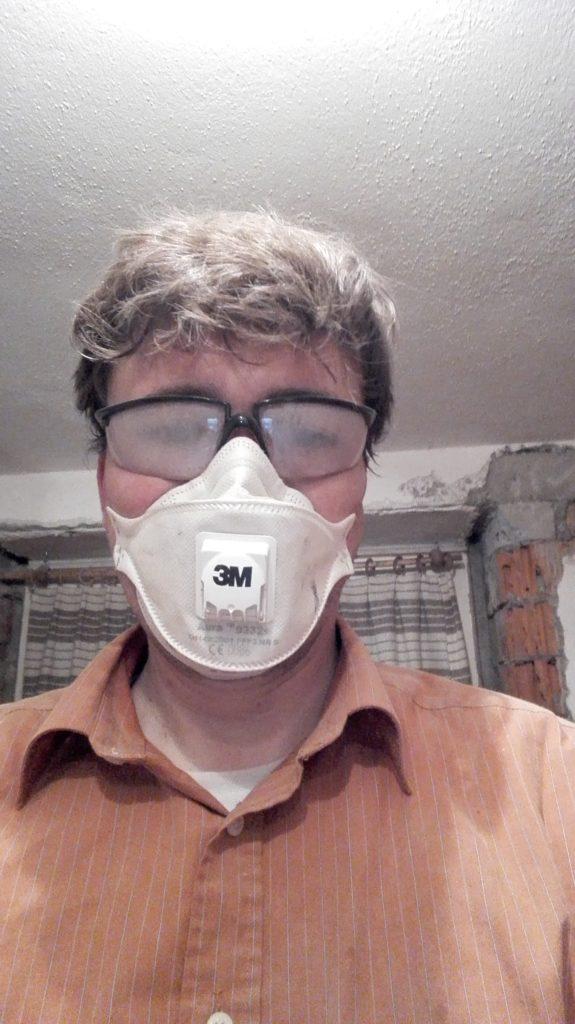 Heimwerker mit beschlagener Schutzbrille: Einfach zum K.... (Foto: Remo Maßat)